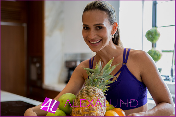 Alexa Lund Fitness holding a tray of fruits
